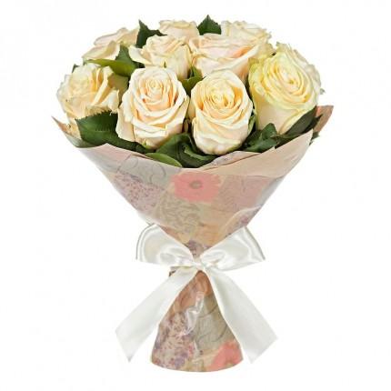 Букет 15 кремовых роз в крафте