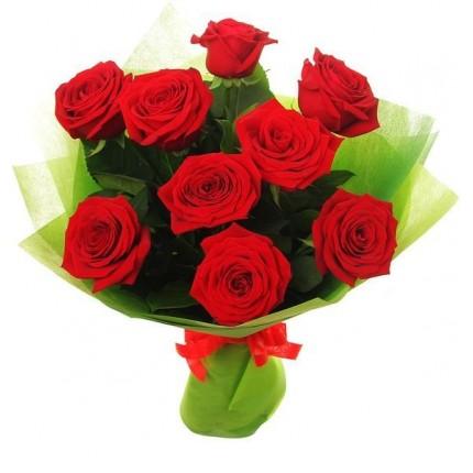 Букет из 9 красных роз и салала