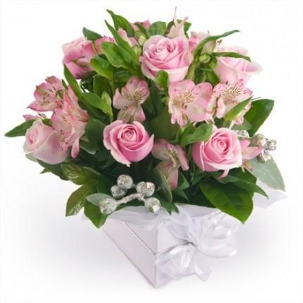 Букет альстромерии и розы в коробке