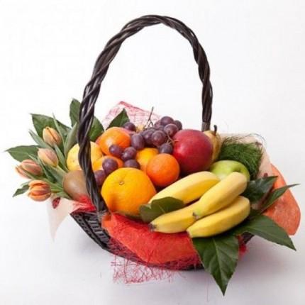 Корзина с фруктами и тюльпанами