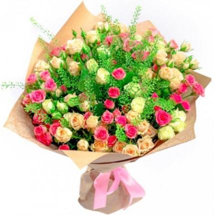 Букет 25 кремовых и розовых кустовых роз с зеленью