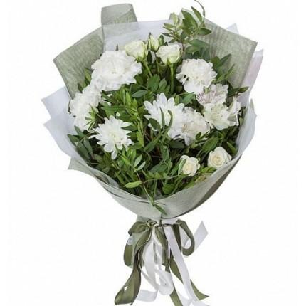 Букет из белых гвоздик, роз и хризантемы