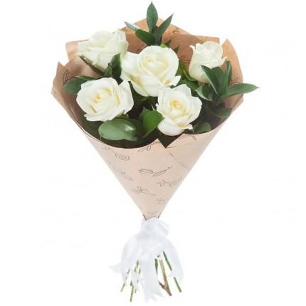 Букет  5 белых роз и рускуса