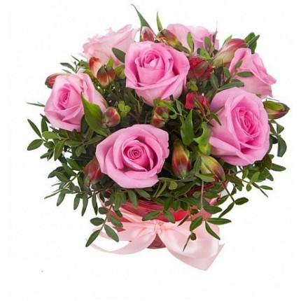 Букет альстромерии и розовые розы в коробке