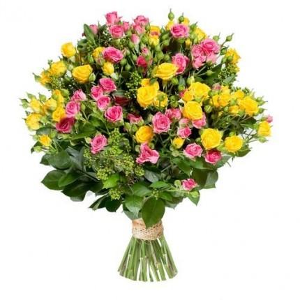 Букет 15 кустовых роз с зеленью